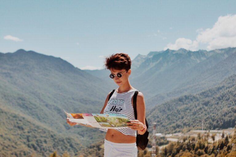 Uma mulher com um mapa na mão