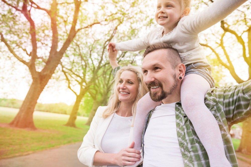 Uma família feliz turistando
