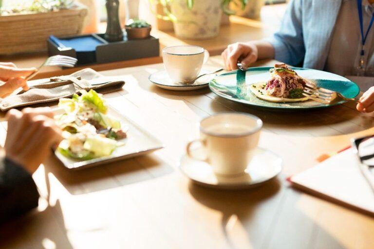 duas pessoas almoçando em um restaurante