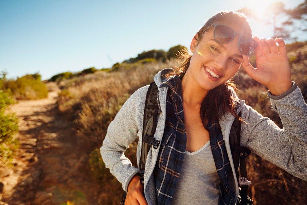 mulher fazendo trilha na serra