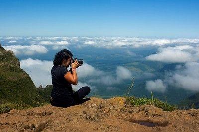uma mulher fotografando o horizonte