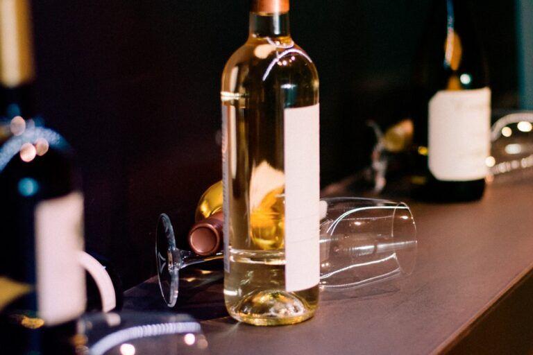 três tipos de vinhos em uma mesa com taças