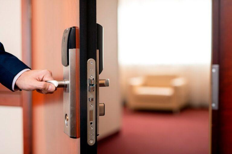 homem abrindo a porta de um hotel