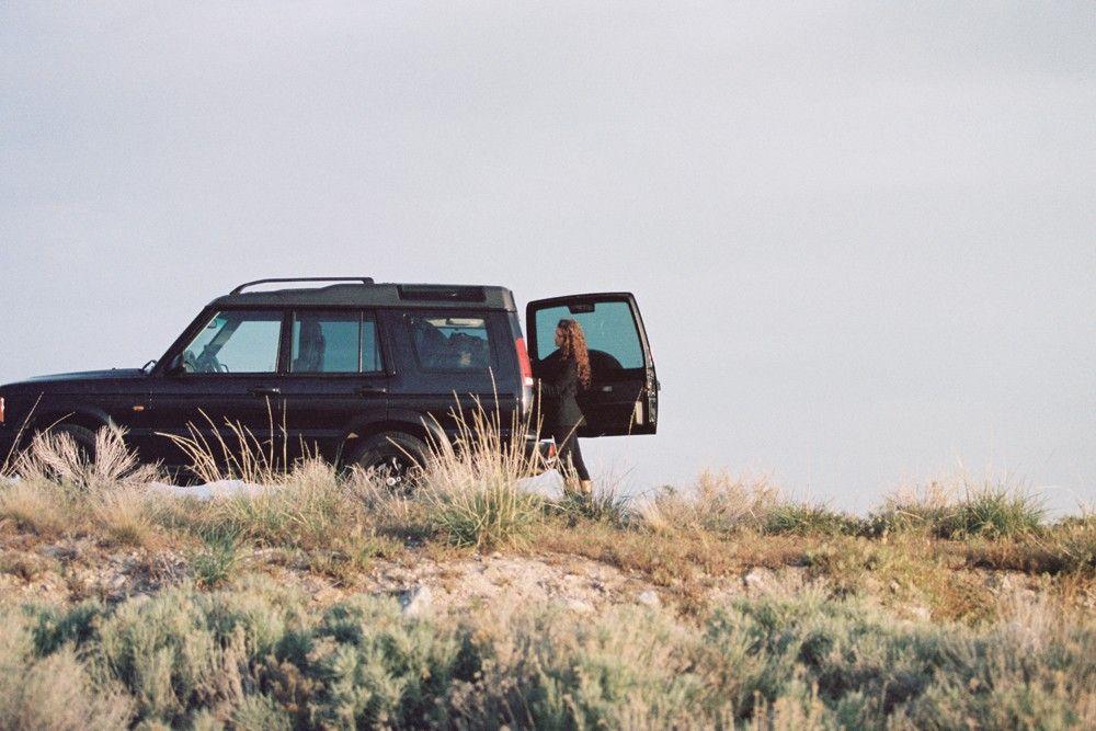 uma mulher viajando de carro