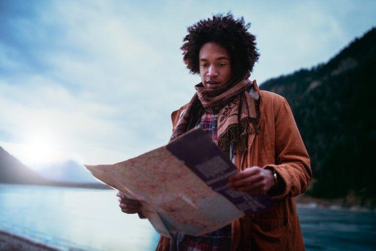 Homem vendo o mapa da serra catarinense