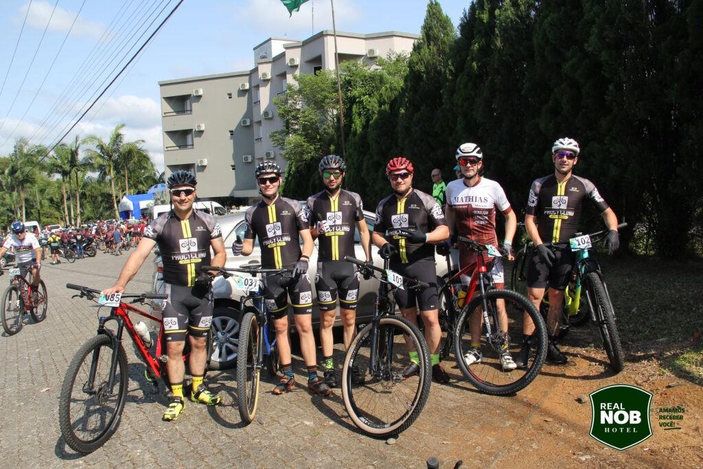 Ciclistas em frente ao Real NOB Hotel