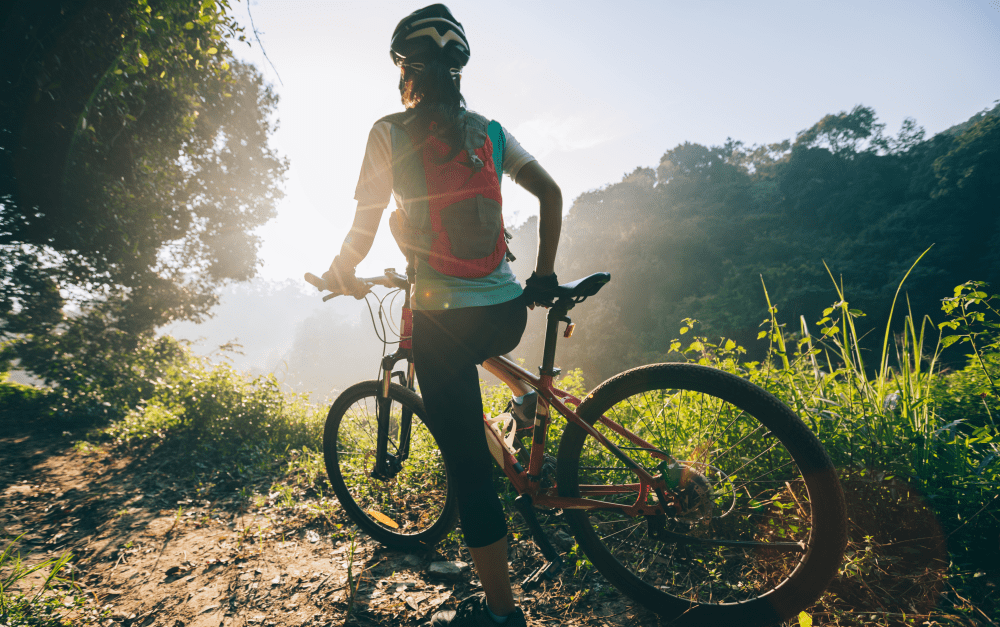 Mulher ciclista subindo a serra Catarinense