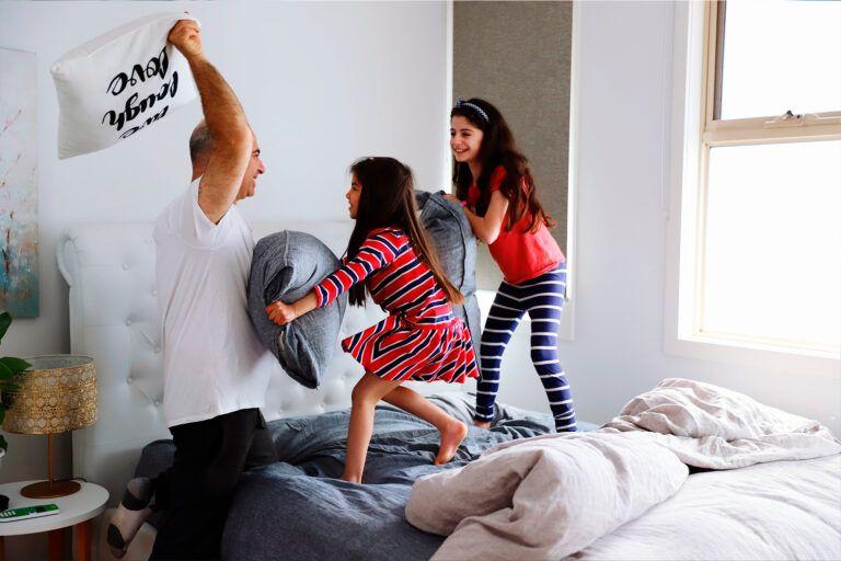 Família se divertindo no inverno.